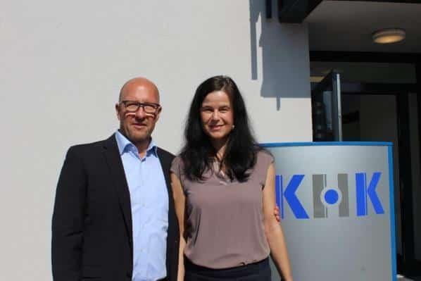 Sabine Reich, grosshandel-bw, gratuliert Carsten Cromm, GF KHK Hassel & Seiter GmbH
